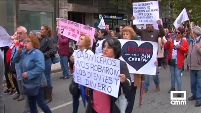 Afectados por el cierre de iDental se manifiestan en Albacete