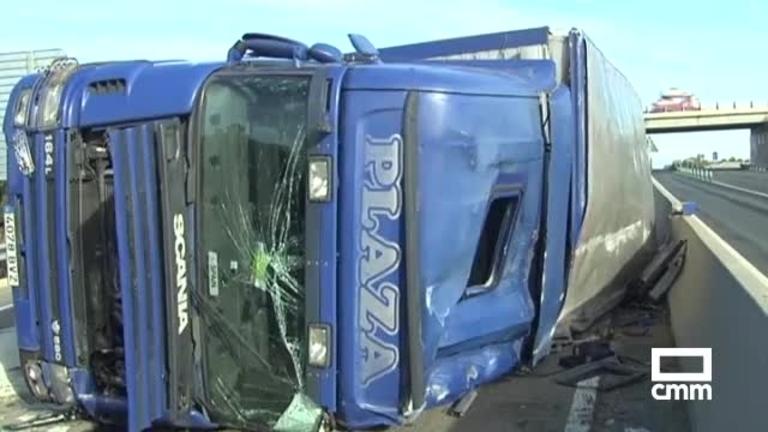 Vuelca un camión cargado de terneros en Burguillos (Toledo)