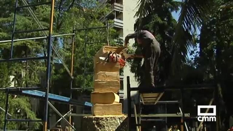 Esculpen una escultura en un árbol centenario de Guadalajara