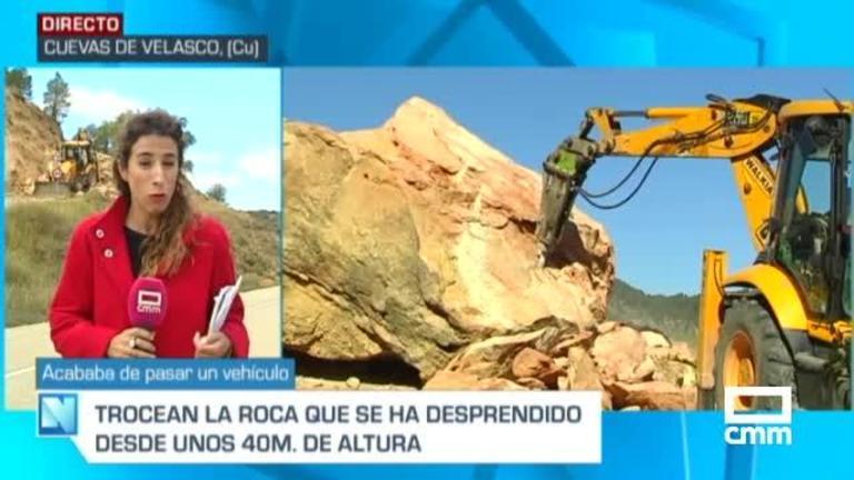 Una gran roca se desprende en la carretera de acceso a Cuevas de Velasco (Cuenca)