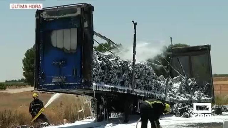 Arde un camión que transportaba motores en la autovía A-40, en Tarancón