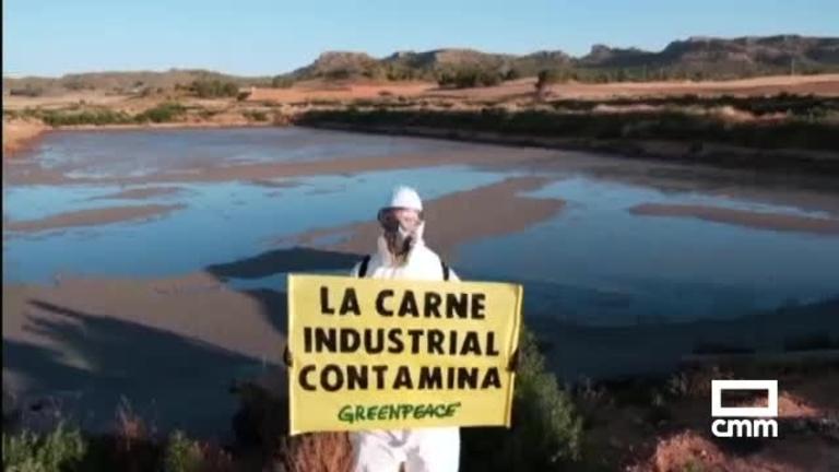 Greenpeace protesta en una macrogranja porcina en Hellín (Albacete) contra las emisiones de amoniaco