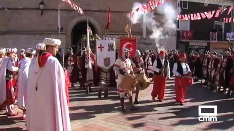Los Moros y Cristianos de Valverde de Júcar (Cuenca) batallan para hacerse con la imagen del Santo Niño