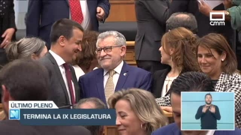 Foto de familia de gobierno y diputados para despedir la Novena Legislatura