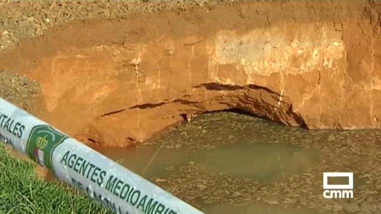 Así está el socavón en Arcas (Cuenca): el crecimiento obliga a cerrar un camino cercano