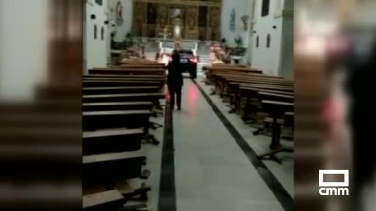 Vídeo: Un coche se empotra y llega hasta el altar en la iglesia de Sonseca (Toledo)