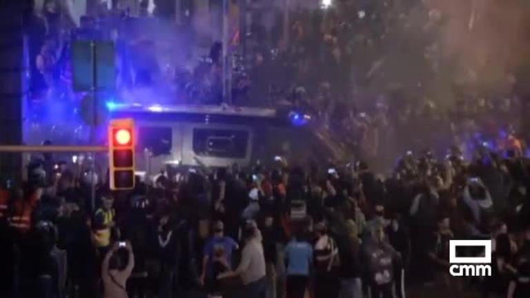 Los Mossos cargan contra CDR en Barcelona; un agente, herido grave
