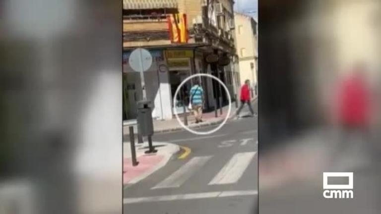 Escupe a la policía cuando se disponían a advertirle por hacerlo en la calle y en un parque infantil de Ciudad Real