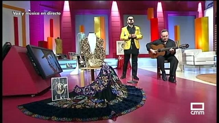 Ángel García homenajeando a Nati Mistral