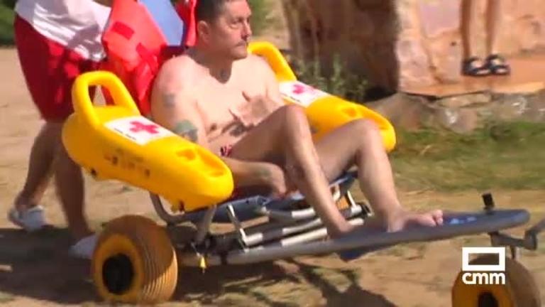 Cruz Roja ofrece un dispositivo de baño adaptado en las lagunas de Villafranca de los Caballeros