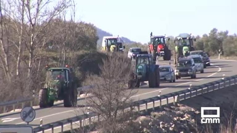 Manifestación de agricultores y ganaderos: cortan la N-322 en la provincia de Albacete