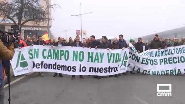 Agricultores y ganaderos se manifiestan en Toledo con sus tractores para pedir