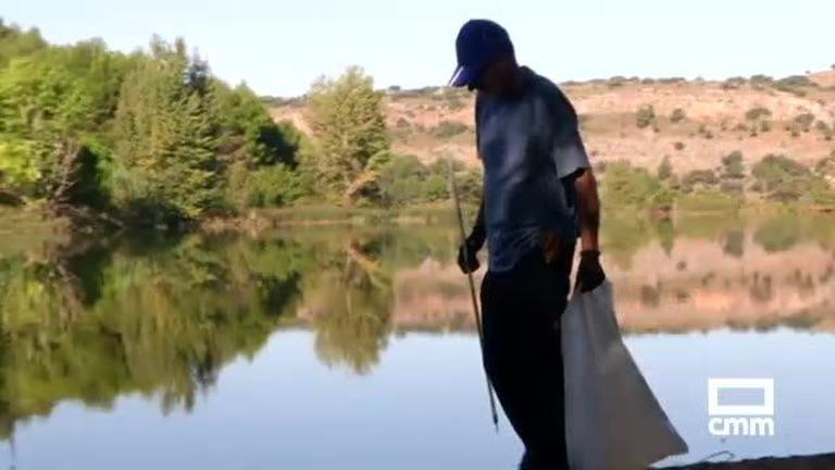 Un centenar de voluntarios participa en la sexta limpieza de las lagunas de Ruidera