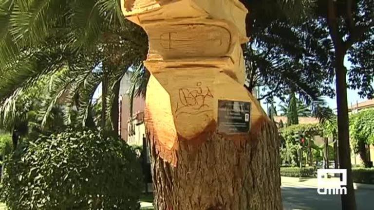 Aparece con pintadas la escultura del árbol centenario en Guadalajara