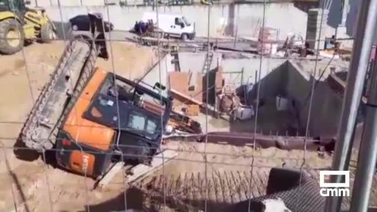 Accidente laboral: Un trabajador herido al volcar una mini excavadora en Iriépal (Guadalajara)