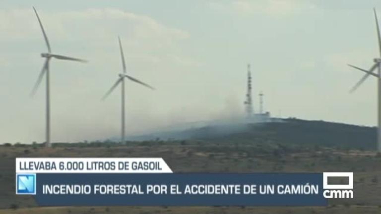 Controlado el fuego declarado en Mazarete tras el accidente de un camión con 6.000 litros de combustible