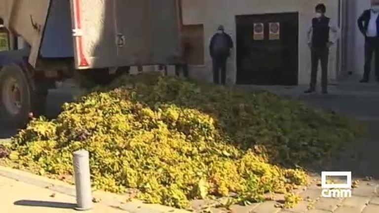 Vuelcan un remolque con uvas para protestar por los bajos precios en Socuéllamos