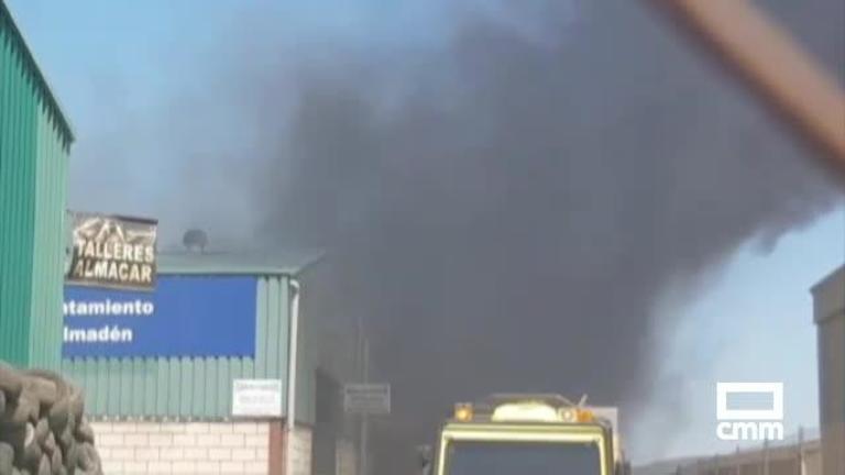 Dos trabajadores afectados por golpe de calor mientras sofocaban el incendio de una nave de Almadén