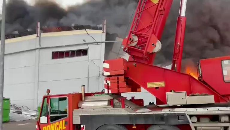Un incendio en una nave industrial de Seseña (Toledo) produce una gran nube de humo