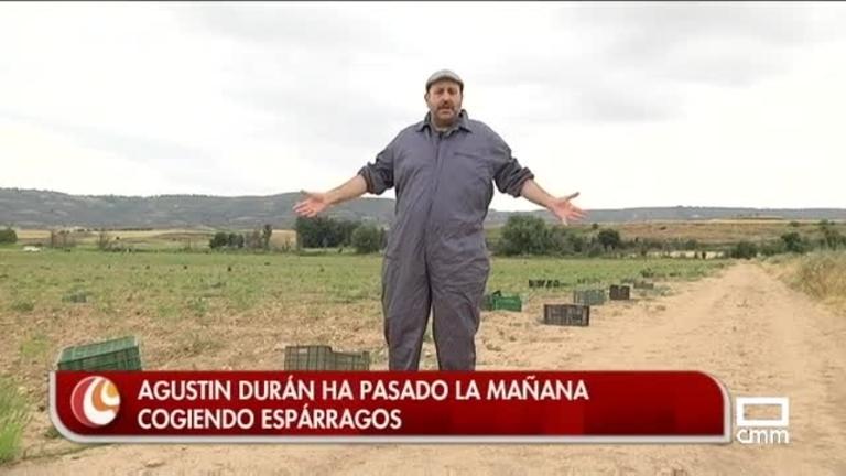 Agustín Durán ha pasado la mañana cogiendo espárragos